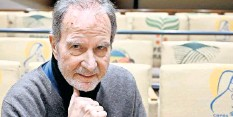 ?? FOTO: HARALD TITTEL/DPA ?? Egar Reitz erhält den Ehrenpreis der Filmakademie.