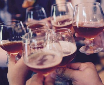 ??  ?? Moderation once again: young people are starting to drink later in life