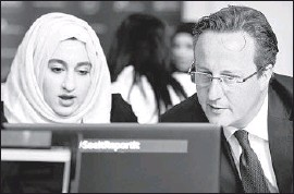 ?? Paul Ellis Pool Photo ?? DAVID CAMERON talks with Zahra Qadir at a workshop in Birmingham, England, on reporting suspiciousWeb activity, before a speech on counter- extremism.