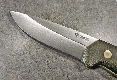 ??  ?? The fin­ger guard is a great ad­di­tion to the de­sign, help­ing to keep the user safe from stupid mis­takes. Photo from Nord­smithknive­s.com