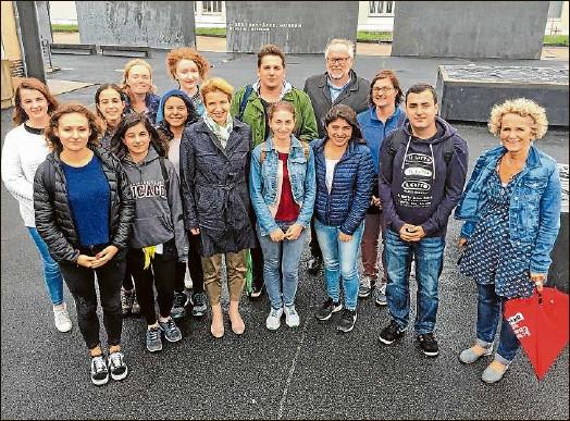 ?? Foto: Klaus D. Grote ?? Interesse am Sommer-Workcamp: Ministerin Martina Münch (Dritte von links) und die Landtagsabgeordnete Gerrit Große (Linke, rechts) sprachen in der Gedenkstätte Sachsenhausen mit den Workcamp-Teilnehmern aus acht unterschiedlichen Ländern.