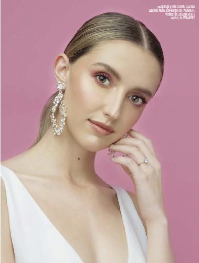 ??  ?? Maquillaje y pelo: Daniela Bastidas Modelo: María José Burgos, de TAG MODEL Vestido, de LUISA NICHOLLSAretes, de ZAWADZKY
