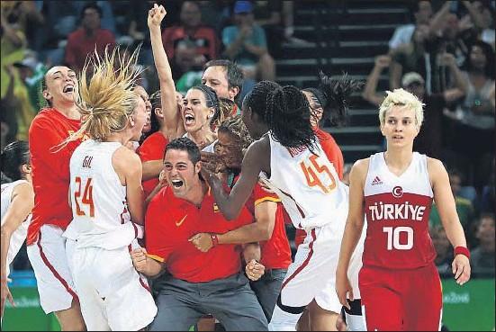 ?? PHIL WALTER / GETTY ?? Las jugadoras de la selección española, con Anna Cruz en el centro, celebran la victoria