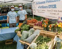 ??  ?? Growers at this Salt Lake City market skip the chemical-based pesticides.