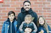??  ?? Pablo Davison, 38, Väsby, arbetssökande, med barnen Matthias, 9, Azul, 3, och Victoria, 7: – Att leva ett bra liv med familjen och hitta glädje varje dag.