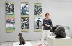 ?? FOTO: MARCO EHRHARDT ?? Museumsleiterin Sabine Behrens mit Werken von Karin Hertz, auch im Foto.