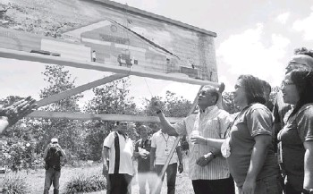 ?? PIO/ROMULO TAGALO ?? GOVERNOR Rodolfo del Rosario of Davao del Norte leads the unveiling of the P10-million mango packaging facility in the Island Garden City of Samal.