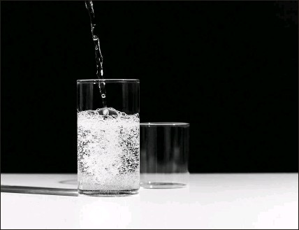 ?? AILEEN SON / THE NEW YORK TIMES ?? Unsweetened carbonated water is a better choice than soda or fruit juice. But don't overdo it, experts say.