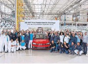 ??  ?? VW factory workers celebrate the 200,000th Polo to come off the Uitenhage line.