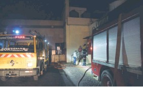 ??  ?? Empleados del centro comercial acompañados de los voluntarios ingresan al sector donde se originaron las llamas, en la noche del viernes.
