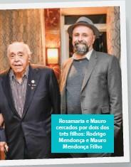 ??  ?? Rosamaria e Mauro cercados por dois dos três filhos: Rodrigo Mendonça e Mauro Mendonça Filho