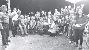 ??  ?? SIMBOLIK: Dennis (enam kiri, duduk) memotong kek sebagai simbolik majlis makan malam sempena Krismas Bersama Pertubuhan Orang Cacat Sarawak Zon Miri malam kelmarin.