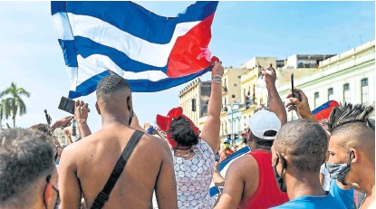 ?? Afp ?? Jóvenes cubanos protestan en el centro de La Habana contra el gobierno de Díaz-canel