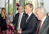 ??  ?? Cerimonia Il taglio del nastro della nuova sede Itas con Ugo Rossi, Graziano Delrio e Giovanni Di Benedetto