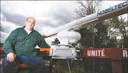 ?? VINCENZO D'ALTO, THE MONTREAL GAZETTE ?? Envirotel's Richard Brunet sits with a portable radar, which the company uses to monitor wildlife populations for government and industry.