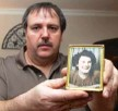 ??   LESLIE ADKINS/ SUN- TIMES ?? West Lawn resident Kenneth Mech, holding a photo of his aunt Mary, praises what Rebeca Perrone did for his family after his aunt's death.