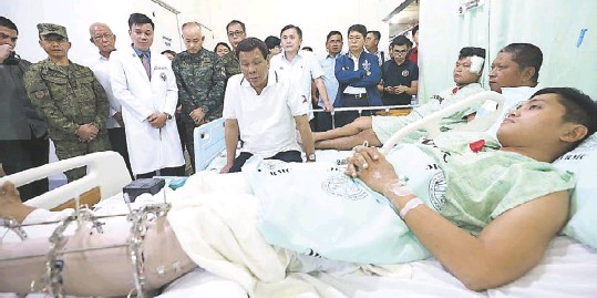 ??  ?? President Duterte visits wounded police officers confined at the Eastern Visayas Regional Medical Center in Tacloban City the other day. Joining the President are Defense Secretary Delfin Lorenzana, PNP chief Director General Oscar Albayalde, AFP chief...
