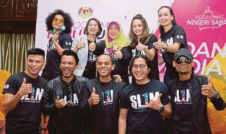 ?? PIC BY NURUL SYAZANA ROSE RAZMAN ?? 1Malaysia Training Scheme secretariat head Norashikin Ismail (back row, centre) at a press conference on the upcoming open job interview in Seri Kembangan recently. Present are celebrities Faizal Tahir (front row, second from left), Stacy (back row,...