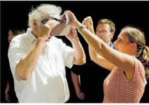 ??  ?? Eine Studentin der Reutlinger Hochschule für Soziale Arbeit demonstriert Kulturamtsleiter Dr. Werner Ströbele den Umgang mit der Virtual-reality-brille. Foto: Norbert Leister