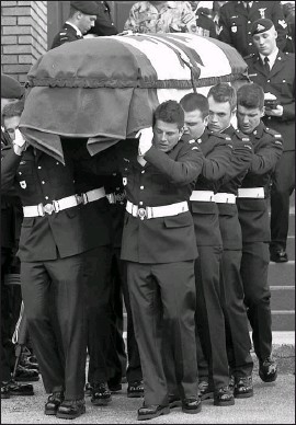 ?? PHOTO PC ?? √ Huit soldats ont transporté le cercueil du soldat Péloquin.