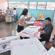 ?? FOTO: EL HERALDO ?? Los miembros de mesas son acreditados por los partidos que reciben el documento en blanco.