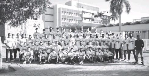 ?? ARMANDO TALAVERA ?? >La foto oficial de Cañeros de Los Mochis fue ayer en la explanada del Seguro Social viejo.