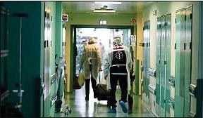??  ?? Les patients atteints d'une forme grave continuent d'arriver en réa au CHU.