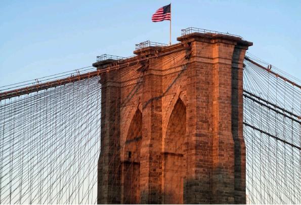 ??  ?? Warmes Licht Ein Brückenpfeiler der Brooklyn Bridge mit dem filigranen Netzwerk der Seile im Licht der aufgehenden Sonne. Der untere Teil des Bauwerks liegt noch im Schatten. Aufnahmestandort war die benachbarte Manhattan-Bridge. Fotos: Siegfried Layda (oder anders angegeben) Sony A7R | 190 mm | ISO 80 | f/16 | 1/6 s | Polfilter