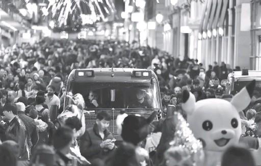 ?? — Gambar AFP ?? BERJAGA-JAGA: Kenderaan peronda polis memantau suasana di sekitar lebuh beli-belah di tengah Madrid, kelmarin ketika kawalan keselamatan dipertingkat di pasar-pasar Krismas di seluruh Eropah susulan serangan trak maut di Berlin.