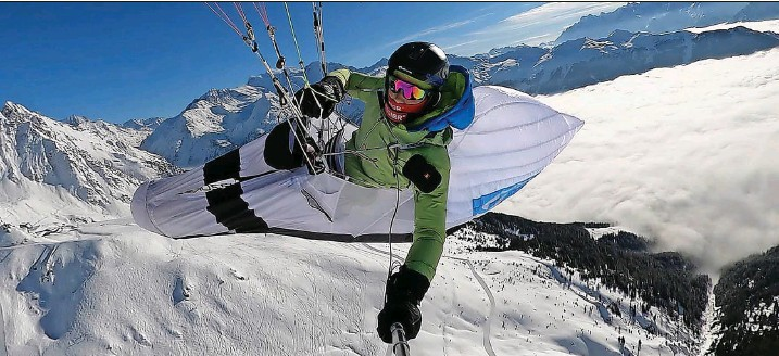 ?? Foto: Yael Margelisch ?? Der Kälte trotzend: Fliegen hoch über den verschneiten Gipfeln ist die Passion der Walliserin Yael Margelisch.
