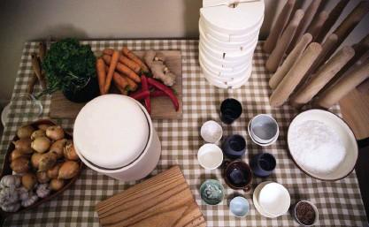 ??  ?? Surkål kan göras av två ingredienser – vitkål och salt. Men man kan i princip sätta med vilka grönsaker som helst i fermenteringskärlet, som morötter, ingefära, lök eller chili. Det viktiga är att saltet är naturligt havssalt.