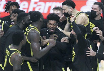 ?? AMANDA LOMAN – THE ASSOCIATED PRESS ?? Oregon's Aaron Estrada, center, and teammates celebrate their Pac-12 title-clinching victory over Oregon State.