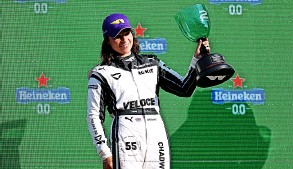 ?? PICTURE: Lars Baron/getty Images ?? Jamie Chadwick with her second-place trophy from the W Series Dutch Grand Prix