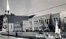 ??  ?? The notorious St. Joseph's Training School in Alfred, Ontario, where Benjamin Chee Chee spent four years.