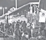 ?? Foto: Omar Ramírez Salas ?? Cientos de personas salieron anoche rumbo a la Ciudad de México para participar en la manifestación. /