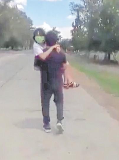 ?? Captura de video ?? Diego Jiménez tuvo que cargar a su hija para poder entrar a Santiago del Estero