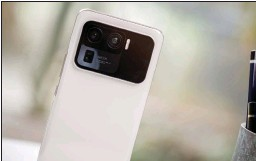 ??  ?? This is perhaps the largest camera module in any smartphone yet.