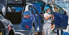 ?? Foto: dpa ?? Wie viele Arbeitsplätze bringt die E‰Mobilität mit sich und wie viele Jobs fallen ihr zum Opfer? Mehrere Studien – auch für VW – versuchen eine Prognose.