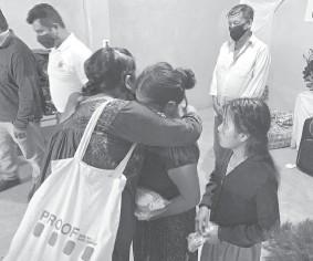 ?? AP ?? En esta imagen ofrecida por Mixteca Organization, Juanita Maldonado, en el centro, madre de Claudio Maldonado, , es abrazada tras recibir las cenizas de su hijo cerca de Tlapa, en Guerrero./Foto:
