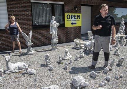 ?? FOTO'S BERT DE DEKEN ?? Nathalie en Willy tussen hun betonnen tuinbeelden aan de voorkant van hun huis in Hulsen.