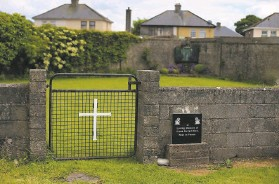?? Niall Car­son / As­so­ci­ated Press 2014 ?? The site of a mass grave for 796 chil­dren of un­wed mothers who died at a motherand­baby home run by Catholic nuns in Tuam, County Gal­way.