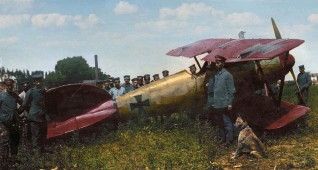 ??  ?? ■ Richthofen, having received a grazing shot to the head on 6 July 1917, managed to land his Albatros D.V in a field near Wervicq-sud. The machine had its spinner and part of the front, its tail and upper surfaces of the wings painted red. The serial number is unknown. (RJM)