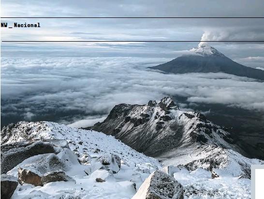 """??  ?? DESDE LAS ALTURAS El volcán Popocatépetl visto desde el volcán Iztaccíhuatl. """"La montaña que humea"""", es el segundo más alto de México. """"La mujer dormida"""" es la tercera montaña más alta del país."""