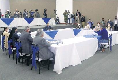 ??  ?? Pérez, Lasso y asesores negocian el recuento de votos en la CNE.