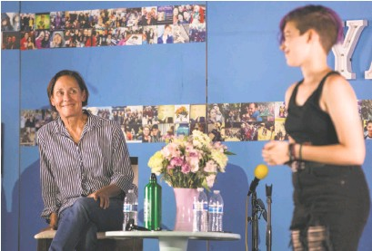 ?? Jessica Christian / The Chronicle ?? Laurie Metcalf (left) watches as Leia Figueroa of Berkeley performs a monologue at the Young Actors' Theatre Camp held at Camp MayMac in Felton.