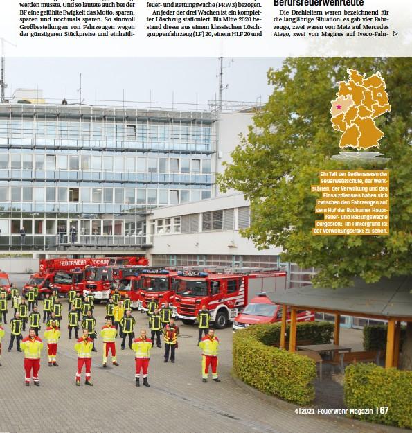 ??  ?? Ein Teil der Bediensteten der Feuerwehrschule, der Werkstätten, der Verwaltung und des Einsatzdienstes haben sich zwischen den Fahrzeugen auf dem Hof der Bochumer Hauptfeuerund Rettungswache aufgestellt. Im Hintergrund ist der Verwaltungstrakt zu sehen.