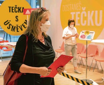 ?? FOTO MAFRA – MICHAL TUREK ?? Pro injekci do obchoďáku. Nové očkovací centrum otevřelo v OC Nový Smíchov v Praze.