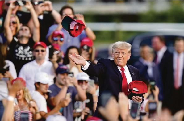 ?? Foto: Tony Dejak (Keystone) ?? Comeback in Ohio: Ex-Präsident Trump spricht am 26. Juni vor einigen Tausend Fans, und er bietet der Menge ein Medley seiner grössten Hits.
