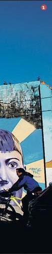 ??  ?? 1 1. En el centro, un gran mural del argentino Alaniz, en la calle Agricultura, en el barrio del Poblenou.