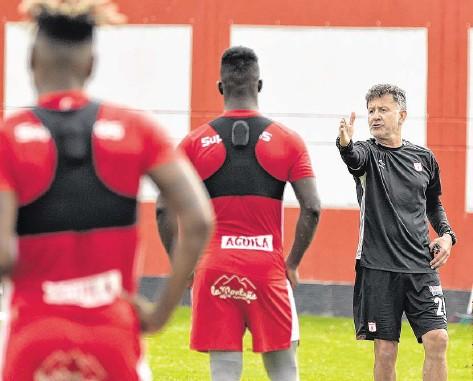??  ?? Juan Carlos Osorio tiene casi un mes de trabajo con el América en Cascajal, donde ha tratado de que los jugadores interpreten su idea de juego. Algo de ello se podrá ver hoy en el estadio Hernán Ramírez Villegas de Pereira, donde será el partido contra Paranaense.